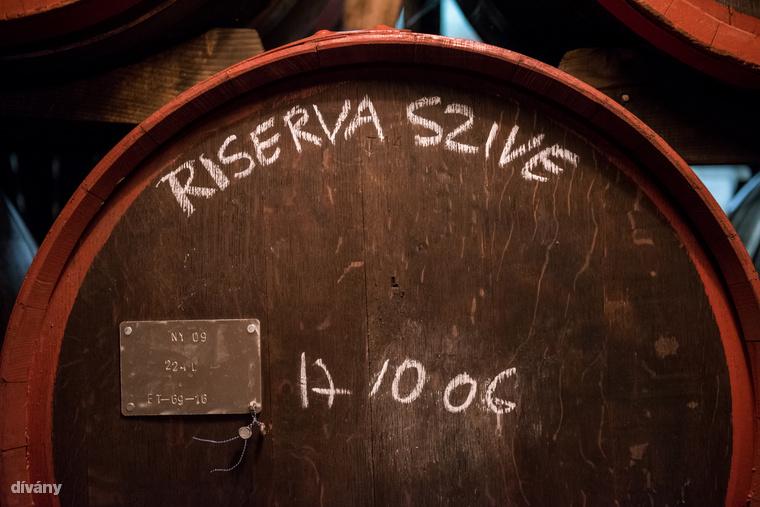 """Az Unicum legújabb fejlesztése az Unicum Riserva, amit a legrégibb 80 éves hordóban érlelnek, ahonnan egy tokaji aszús hordóba kerül át, innen ered a """"dupla hordós"""" érlelés kifejezés."""