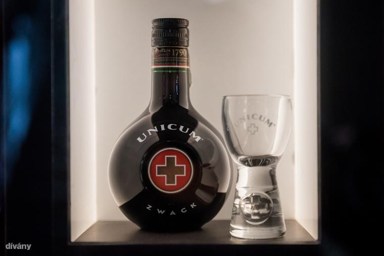 Megoszlanak a vélemények arról, hogy milyen pohárból jó inni az Unicumot