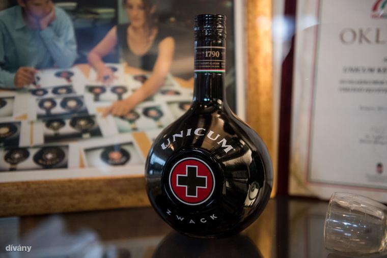 Az Unicumot kezdettől fogva az eredeti gömbölyű palackban forgalmazták, címkéjén vörös kereszttel