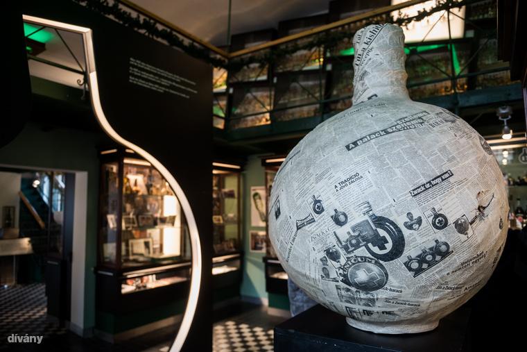 A látogatóközpontban található Európa egyik legnagyobb, 17 ezer darabot számláló minipalack gyűjteménye is