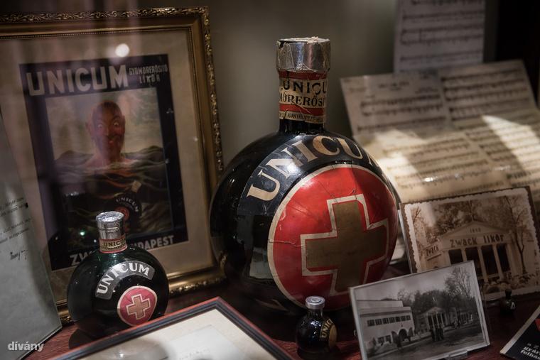 A múzeum legrégebbi darabja egy közel 150 éves, eredeti, bontatlan Unicumos palack, aminek értékét megbecsülni sem lehet