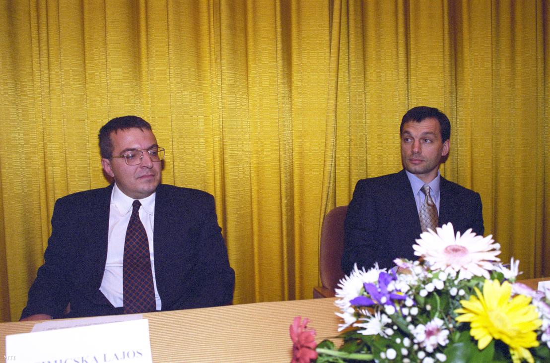 Simicska Lajos és Orbán Viktor 1999-ben az APEH állománygyűlésén a MTESZ-székházban