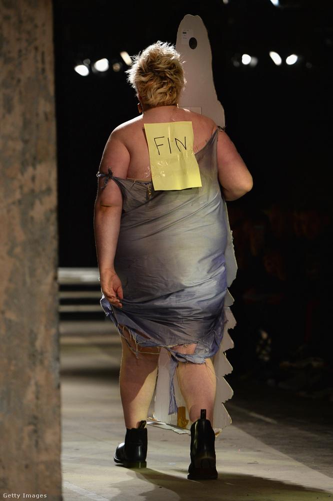 Nem mondjuk, hogy ne találnánk ötletesnek és elgondolkodtatónak ezt a performanszot, csak azt sajnáljuk, hogy a divathoz nincs túl sok köze