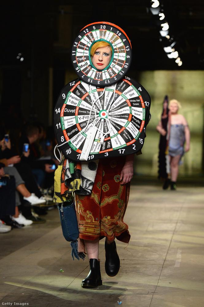 Amint ezen a képen is látszik, női divat szintén volt ezen a bemutatón, de az is egyértelműen a humorkategóriában