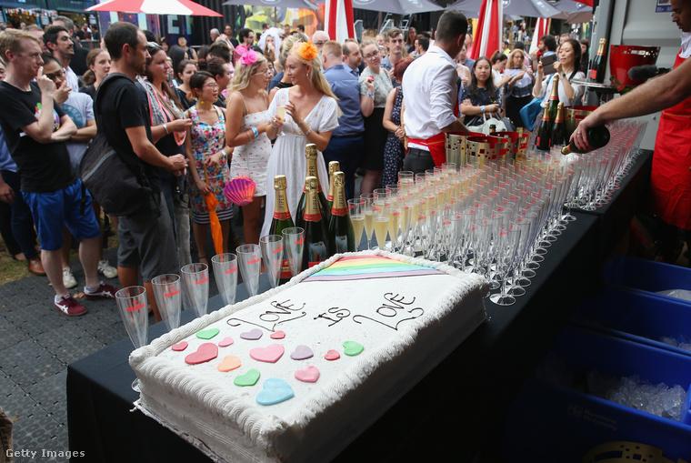 A következő képek pedig Sydney-ben készültek egy nagyobb szabású eseményről, ahol több pár ünnepelte együtt, hogy kapcsolatukat ezentúl a jog is ugyanúgy elismeri, mint a heteroszexuális párok kapcsolatát.