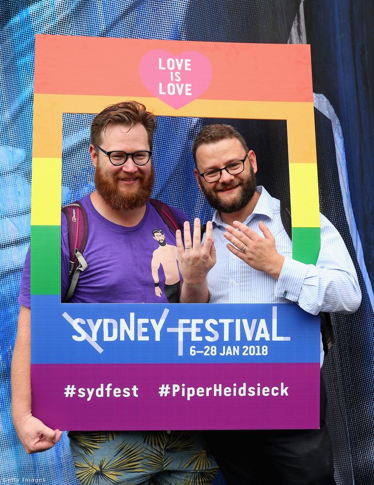 Mark Holmes és David Helliwell a gyűrűiket mutatják.