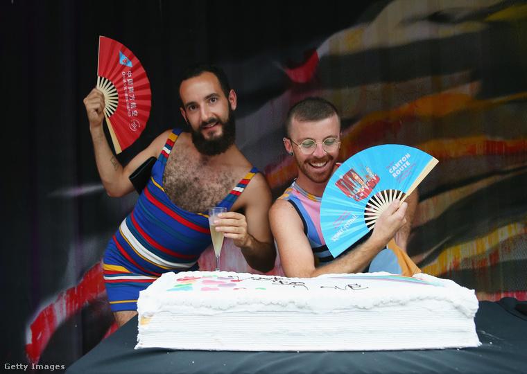 Nikola Bruni és Blake Lawrence elég karneválosra vette a figurát.