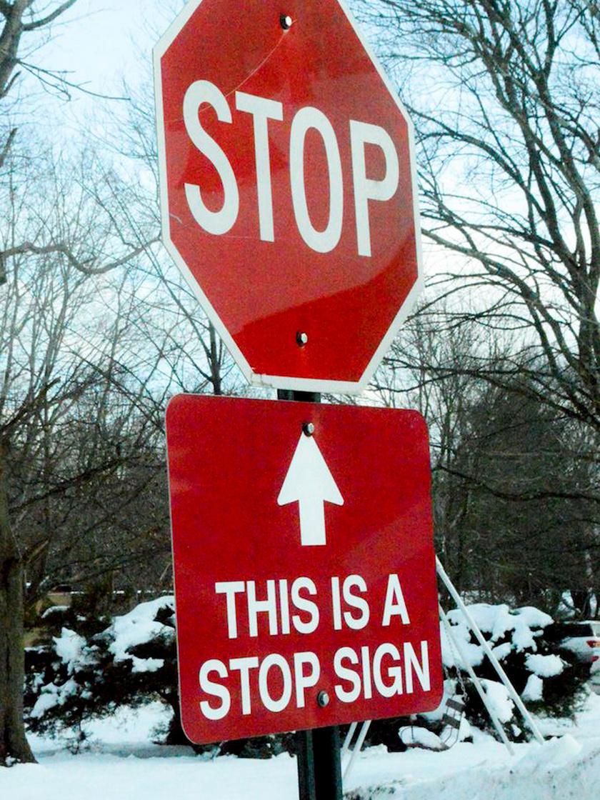 Ha esetleg nem lenne egyértelmű, az alsó jelzés felhívja rá a figyelmet, hogy ez egy stoptábla.