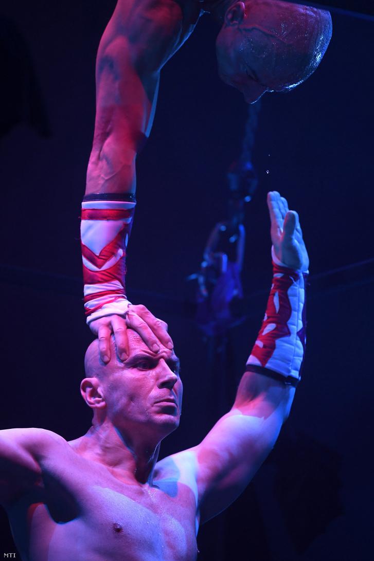 A Rippel-fivérek Handstand a levegőben című produkciója