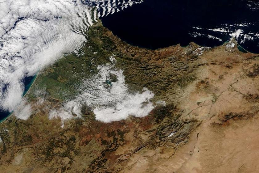 A NASA kiadott egy műholdas fotót a térségről, melyen szintén jól látszik a hó. A következő képeken láthatod, milyen volt a jelenség egészen közelről nézve.