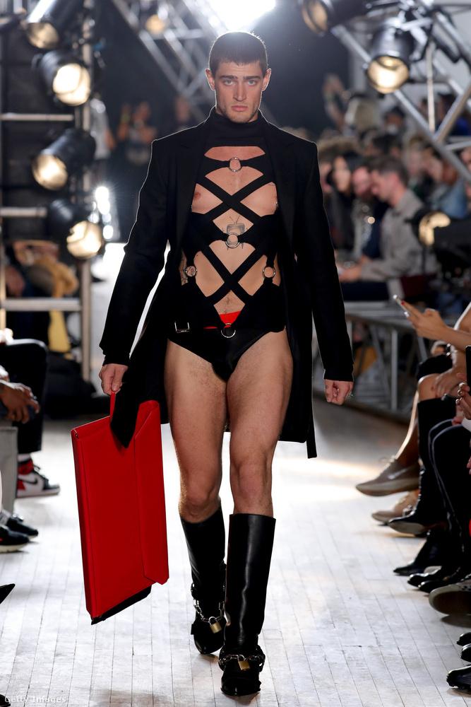 Szadomazo üzletember ruha Helmut Lang  kollekciójában.
