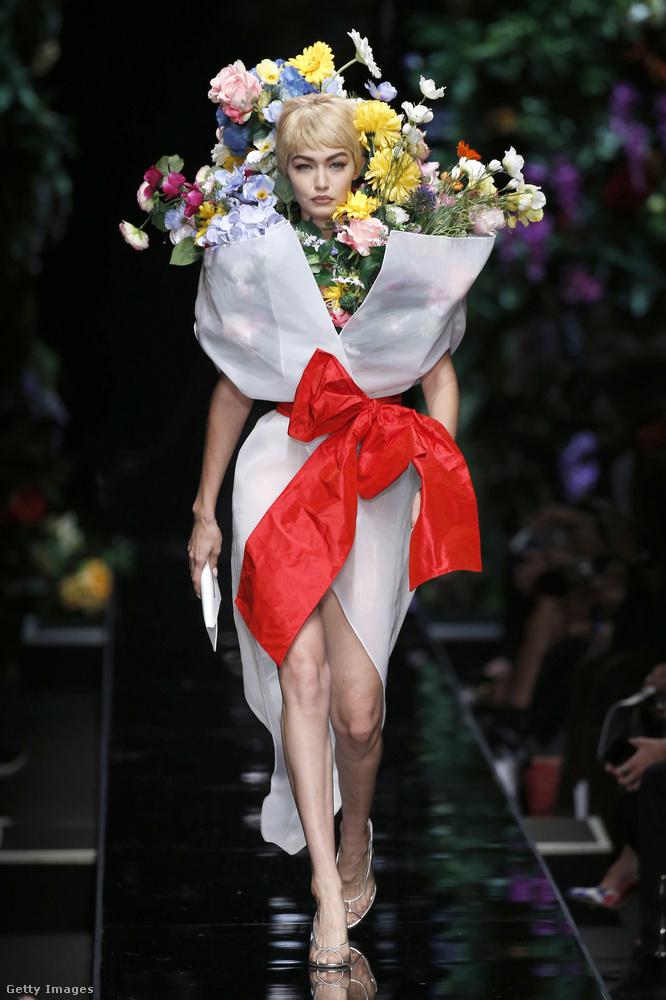 Vélhetően a Moschino féle virágcsokor ruhák sem jönnek divatba a nyáron