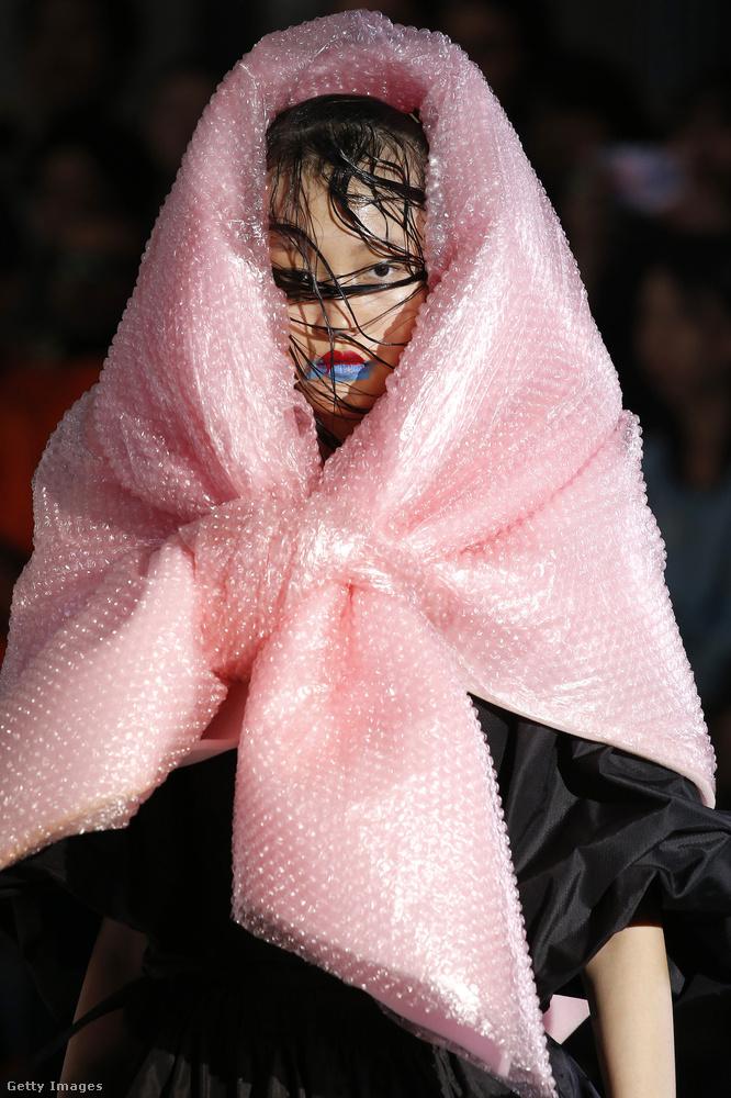 Pink pukkantószacskó kendő Vivienne Westwoodtól.