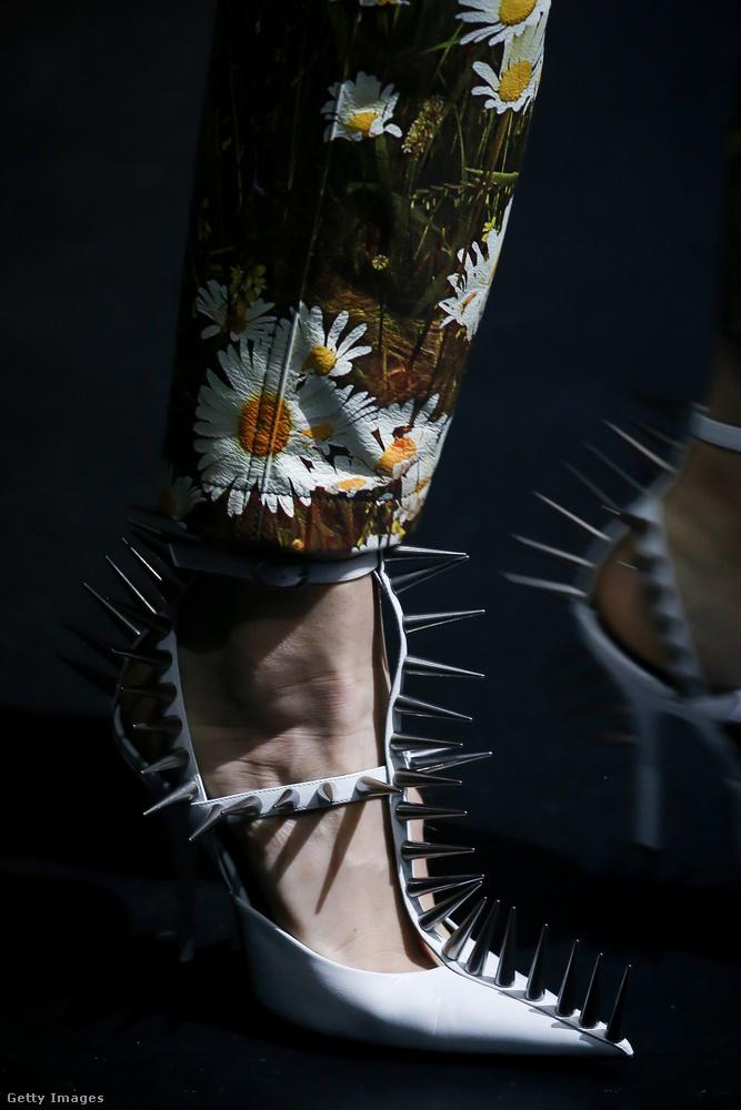 Ezek a Balenciaga szegecsek sokkal félelmetesebbek, mint azok amiket az elmúlt években láthattunk a cipőkön.