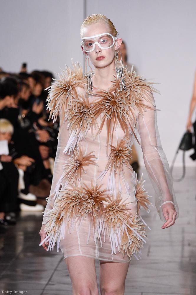 Van valami ijesztő és szomorú ebben az Anne Sofie Madsen ruhában.