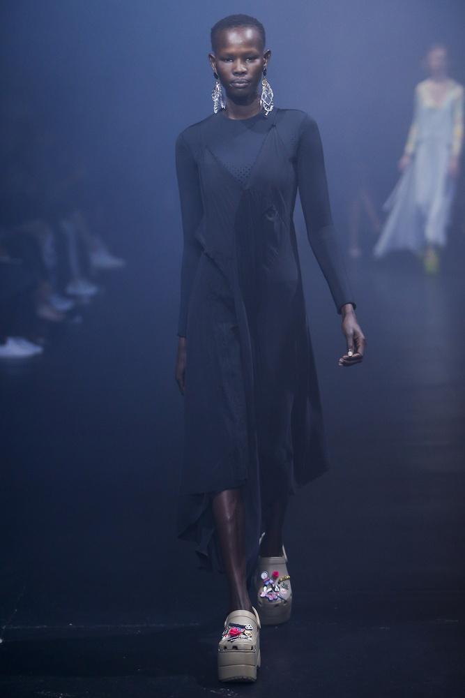 Mondtuk már, hogy a Balenciagának köszönhetően divatba jön a telitalpú Crocs papucs?