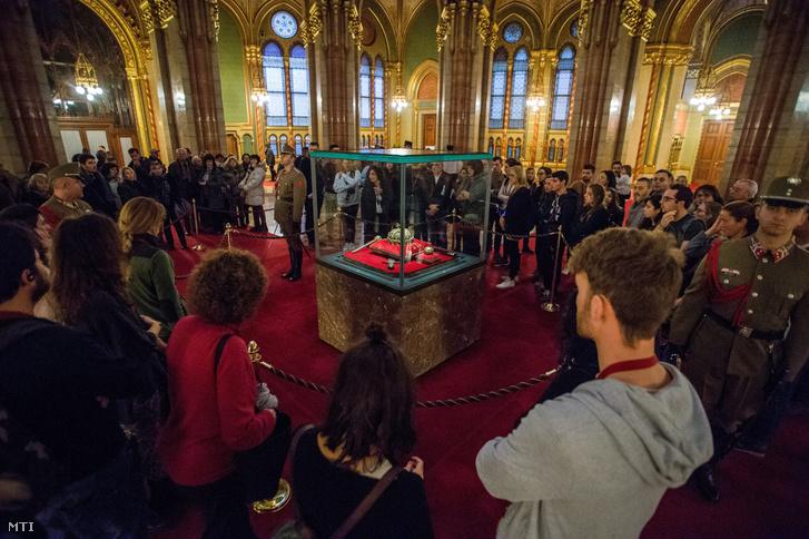 Látogatók a Szent Korona hazatérésének negyvenedik évfordulója alkalmából tartott nyílt napon, 2018. január 6-án az Országházban, ahol a Honvéd Koronaőrség őrzi a nemzeti ereklyéket a koronázási palást kivételével.