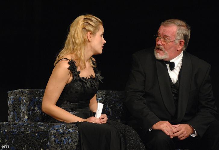 Marjai Virág Violet és Ujlaky László Malone szerepében Bernard Shaw: Tanner John házassága című színművében, amelyet Karinthy Márton rendezésében 2008 november 7-én mutatnak be a Karinthy Színházban.
