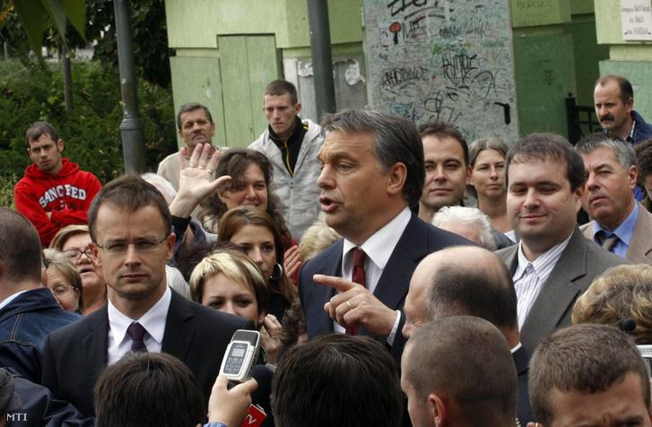 Orbán Viktor miniszterelnök (b) beszédet mond Borsod megyei kampánykörútján a miskolci Hõsök terén.