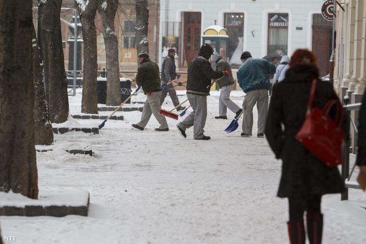 Közmunkások havat takarítanak Nagykanizsán