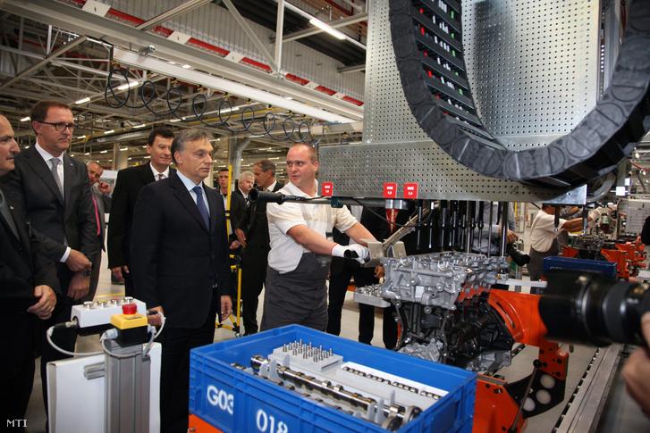 Orbán Viktor miniszterelnök (b4), Thomas Sedran, az Opel igazgatótanácsának alelnöke (b2), valamint Solt Tamás gyárigazgató (b3) és Kenyeres Gyula termelési igazgató (b) megtekintik egy motor összeszerelését az Opel 500 millió eurós beruházással felépült új flexibilis motorgyárának felavatásán Szentgotthárdon 2012. szeptember 20-án. A fejlesztésnek köszönhetően 800 új munkahely jött létre, és a szentgotthárdi gyárban egy teljesen új motorcsalád sorozatgyártását kezdik meg az év végéig.