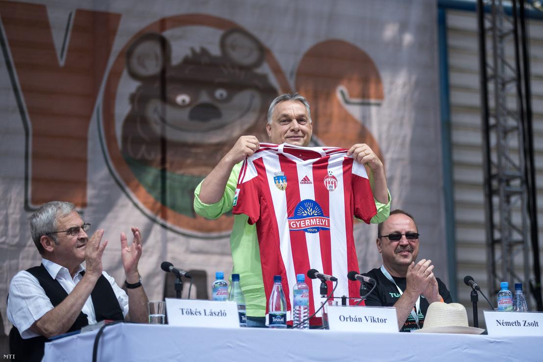 Orbán Viktor miniszterelnök sepsiszentgyörgyi Sepsi OSK labdarúgócsapat mezét mutatja Tusványoson 2017. július 22-én.