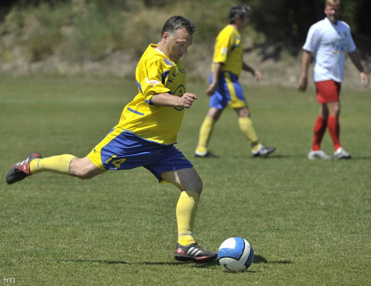 Orbán Viktor a Puskás Ferenc Labdarúgó Akadémia öregfiúk csapatának az újságírók elleni mérkőzésén a Puskás-Suzuki Kupa nemzetközi ifjúsági labdarúgó torna zárónapján a székesfehérváron 2009. június 14-én.