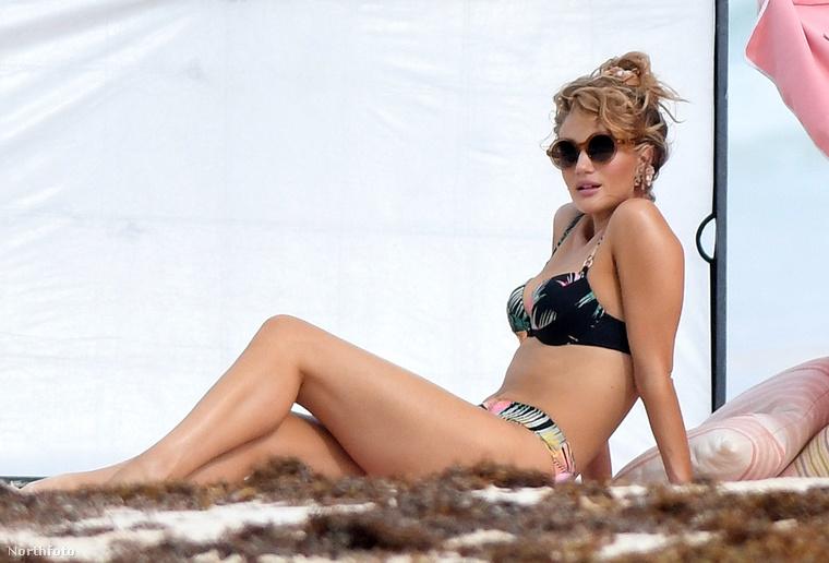 Az ex-Victoria's Secred modell,  Rosie Huntington-Whiteley, hat hónappal azt követően, hogy megszülte első gyerekét,már vissza is tért dolgozni és bikinimodellkedett egy jót.