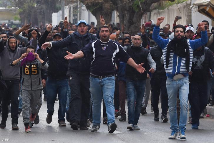 Tüntetők a tunéziai Tebourba városában 2019 január 9-én
