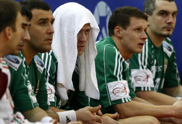 A magyar csapat játékosai Gál Gyula, Császár Gábor, Zubai Szabolcs, Krivokapics Milorad miután nem jutottak be az ausztriai Európa-bajnokság középdöntőjébe 2010-ben.
