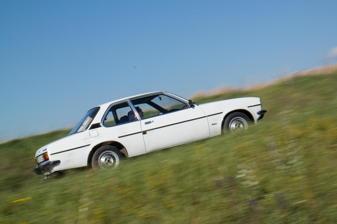 Ez egy polgáribb autó. Az Ascona tulajdonképpen az akkor divatos kétajtós szedán volt