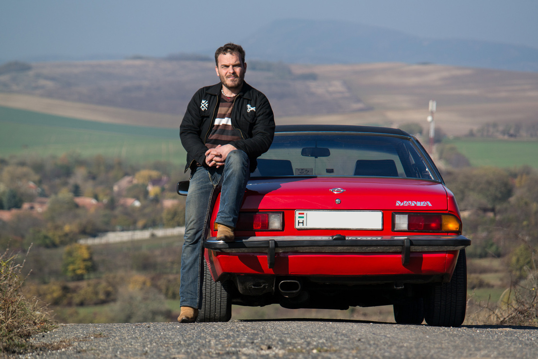 Gabesz autója nincs felújítva, mintha csak fellelési állapotban lenne. Ám ez nem így van: rengeteg dolgot kellett megcsinálni rajta, nagyon rossz állapotban vette