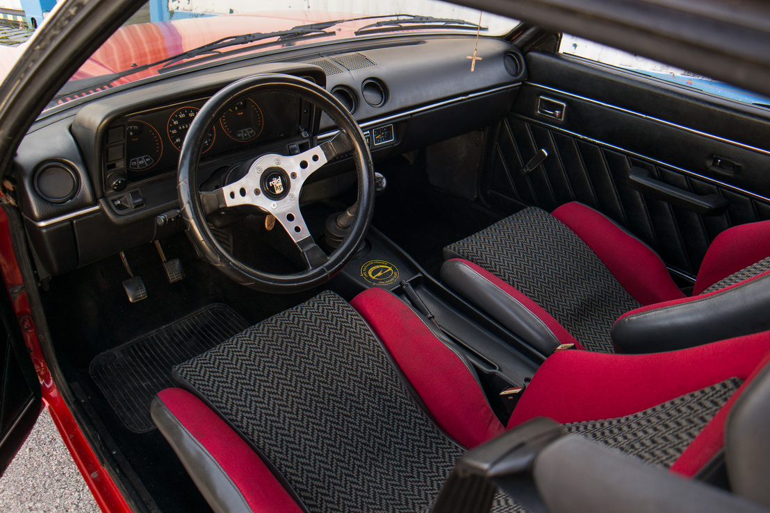 A Berlinetta belső tere eredetilegfabetétes volt, de annyira rossz állapotú volt, hogy Gábor lecserélte a belét