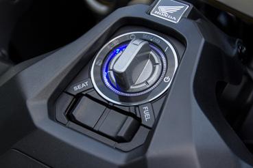 Ez a gyújtáskapcsoló: a kulcs a zsebünkben marad. Kényelmi szempontból motoron még nagyobb királyság a kulcsnélküli indítás, mint autóknál