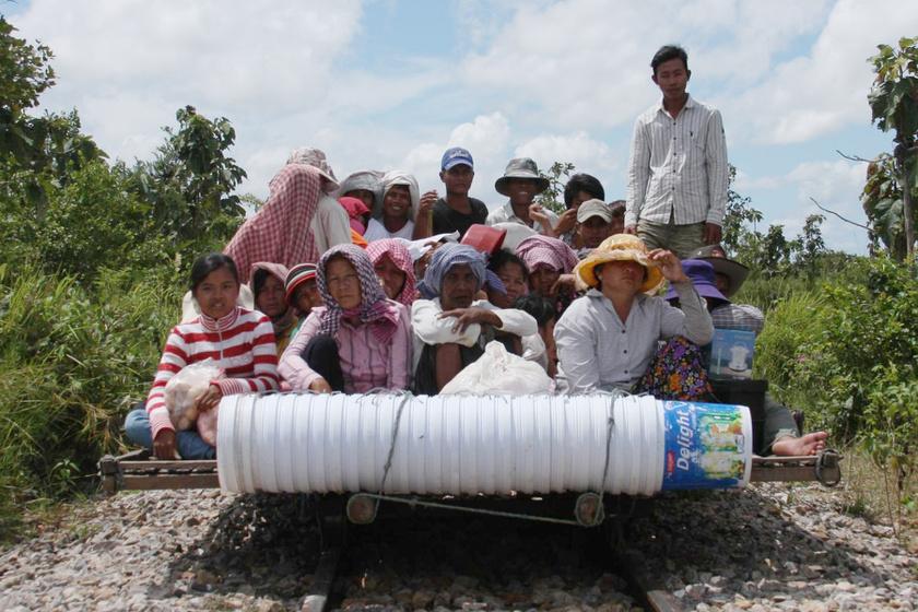 A kambodzsaiak azért találták ki anno a bambuszvonatot, mert régen a vasúthálózatuk igen leharcolt állapotban volt, és a vonatok is ritkán jártak. Ma a turisták körében népszerű a közlekedési eszköz.