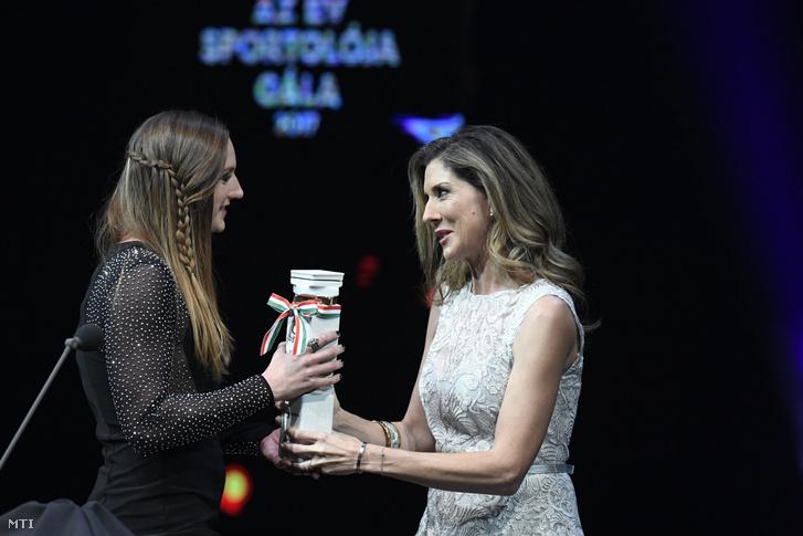 Hosszú Katinka háromszoros olimpiai, hétszeres világ- és tizenháromszoros Európa-bajnok úszó, az év női sportolója (b) átveszi a díjat a kilencszeres Grand Slam-győztes Szeles Mónikától