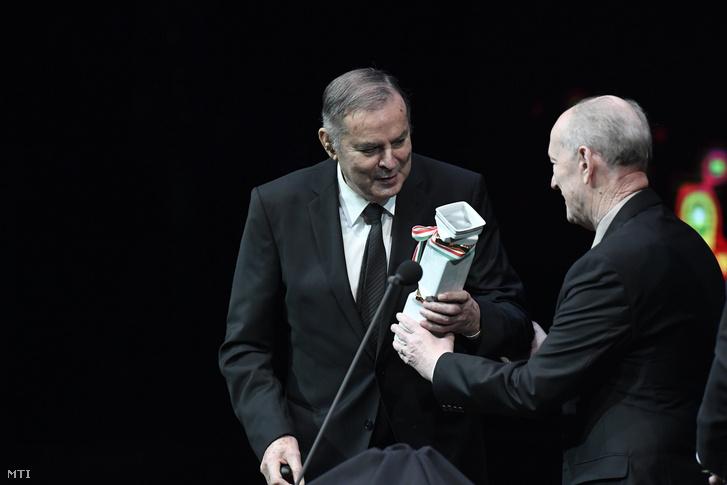 Balczó András háromszoros olimpiai aranyérmes tízszeres világbajnok öttusázó a Nemzet Sportolója a MSÚSZ-MOB életmûdíjasa (b) és a díjátadó Novotny Zoltán a MSÚSZ tiszteletbeli elnöke