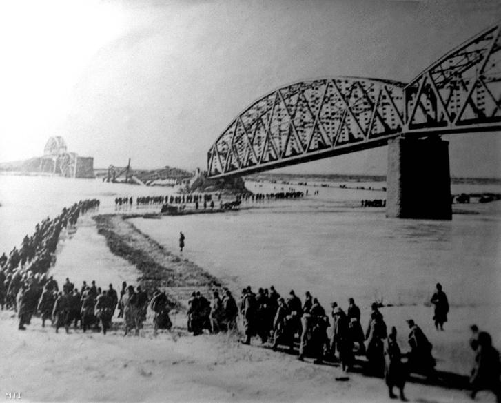 A II. világháborúban a Donnál az orosz csapatok 1942. december 20-án - a magyar frontszakasztól délre - 135-190 kilométer mélységben áttörték a frontot. Sztálingrád körül már november 3-án bezárult a gyűrű és a Don-kanyarba szorult német magyar olasz és román csapatoknak semmi esélyük sem volt az offenzíva feltartóztatására. A decemberi de főként az 1943 januári harcokban a közel 200 ezer fõt számláló 2. magyar hadseregnek csaknem fele odaveszett. A képen: visszavonulás a befagyott Dnyeperen át (a székesfehérvári Várostörténeti Múzeumban a 2. magyar hadsereg Don-kanyarban bekövetkezett tragédiáját bemutató korábbi dokumentum-kiállítás anyagából).