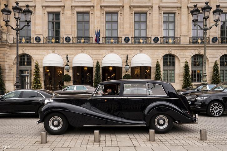 Egy Rolls-Royce parkol a párizsi Ritz előtt