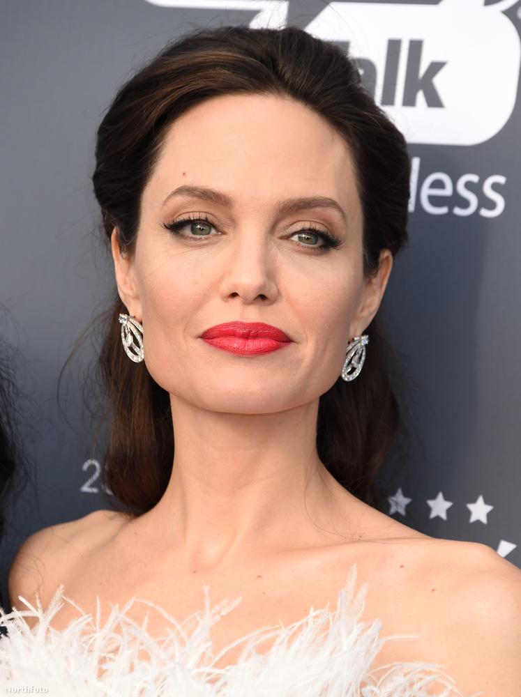 A héten már írtunk Angelina Jolie-ról, hiszen megtörtént az a rég várt pillanat, hogy Brad Pitt másik exével, Jennifer Anistonnal, egyszerre voltak jelen a Golden Globe-on.Ám most ismét úgy éreztük, hogy muszáj a színésznővel foglalkoznunk, annyira jól nézett ki ugyanis a csütörtöki Critics Choice Awardson.