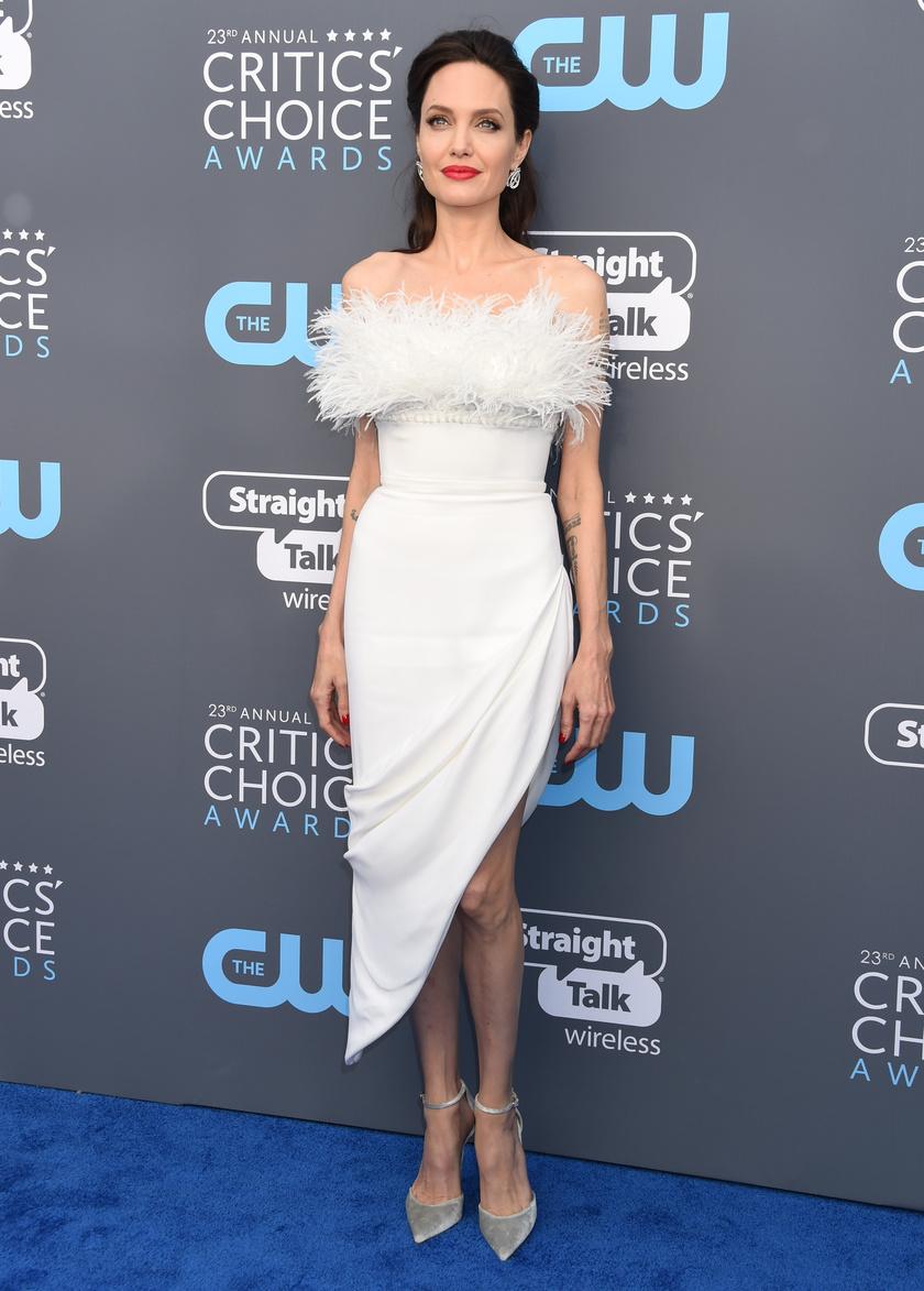 Angelina Jolie egy aszimmetrikus, hófehér darabra voksolt - igazán remek választás volt.