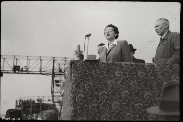 Jóború Magda kommunista politikusnő beszédet mond a Táncsics Mihály úszódaru vízrebocsátásának alkalmából a hajógyárban 1948. április 15-én