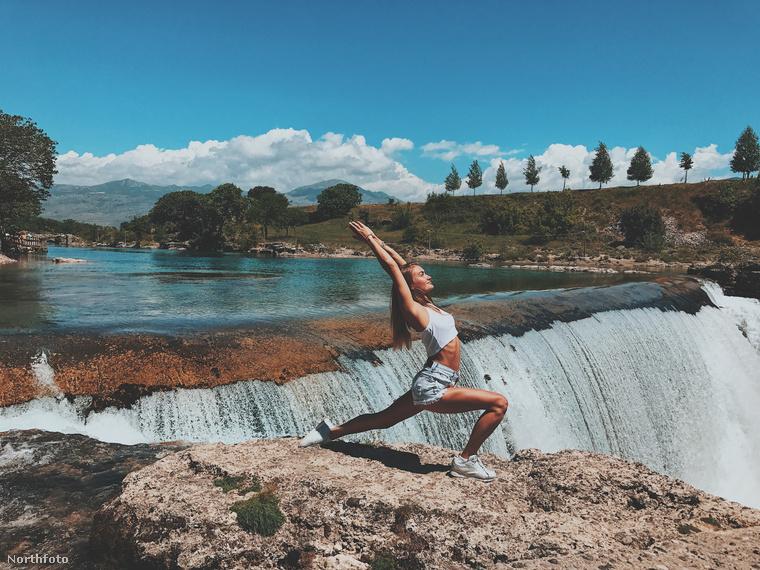 Itt például Montenegróban jógázik.