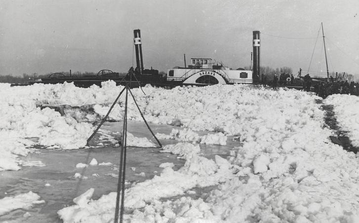Gyalogjáró a jégen át a gőzhajóhoz.