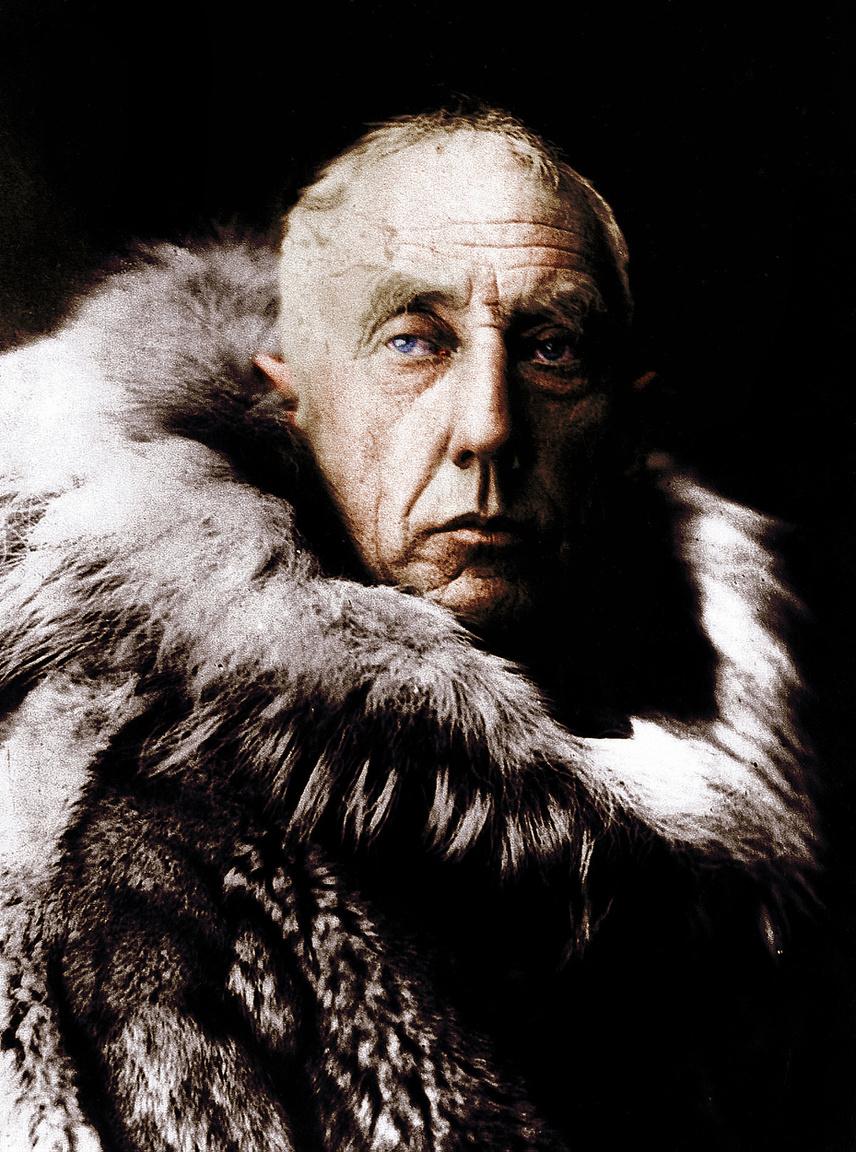 Roald Amundsen volt az első ember, aki bizonyíthatóan mindkét sarkot elérte. Az 1926-os repülős expedíciója az Északi-sarkra nem számít különösebben nagy teljesítménynek, de a Déli-sark meghódítása kiváló vezetői képességének is bizonyítéka. A norvég Amundsen eredetileg az Északi-sarkra pályázott, de arról lekésett az 1910-es indulásával. Peary vagy Cook már járt a póluson a hírek szerint. Amundsen ennek ellenére végig arról beszélt, hogy északra megy. Még a legénysége is csak a hajóján tudta meg, hogy az Antarktiszra mennek. Nem tartották ezt túl sportszerű húzásnak akkoriban, még úgy sem, hogy Amundsen üzent a szintén ekkor úton lévő Scottnak, hogy ő is a Déli-sark felé tart. Amundsen 1911. december 14-én el is érte a pólust, 33 nappal hamarabb, mint Scott, jórészt alapos tervezőmunkájának köszönhetően. Az úton több élelmiszerdepót alakított ki, míg Scott nem túl hatékonyan emberekkel és pónikkal oldotta meg a teherszálltást, ő a kutyáiban és a sítalpakban bízott. Amundsen figyelme később a repülést felé fordult, ez is lett a végzete. 1928-ban egy Északi-sark felé tartó mentőexpedíció tagjaként szenvedett légibalesetet.