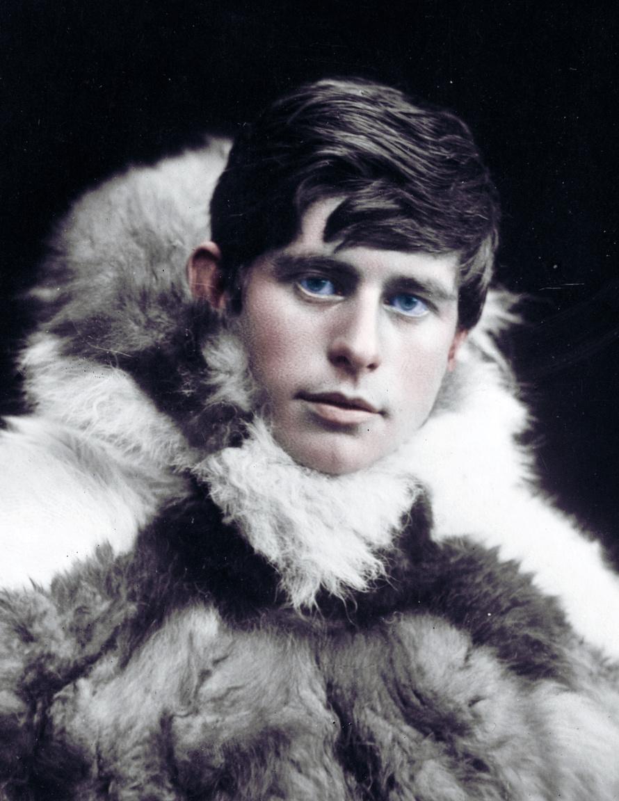 Knud Rasmussent a Grönlandon tett kutatásai és utazásai nyomán csak az eszkimók atyjaként emlegetik. A dán apától és inuit anyától szrámazó Rasmussen már gyerekként megtanulta, hogyan kell életben maradni a sarkvidéken. Vadászott és kutyaszánt is hajtott. Miután nem tudott operaénekessé válni, belvágott egy expedícióba. 1902 és 1904 között az inuit kultúrát tanulmányozta. 1910-ben Észak-Grönlandon Thule néven kereskedelmi központot alapított, ami utazásainak is bázisa lett. 1912 és 1933 között hét nagyobb expedíciót vezetett, tízezer kilométereket tett meg. Elsőként járta be kutyaszánon az Északnyugati-átjáró szigetvilágát. Régészeti és néprajzi kutatásokat végzett, az eszkimók eredetét próbálta meg feltérképezni.