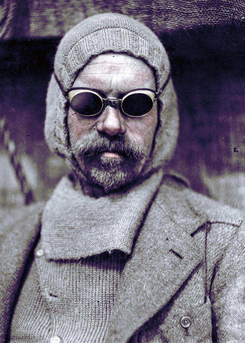 A sarkokat támadó expedíciókat mindig egyetlen névhez kötik, így jó néhány csapattag és kulcsember neve feledésbe merült. Pedig tudásuk és tapasztalatuk nélkül aligha lettek volna sikeresek a nagy felfedezők. Az angol Frank Wild öt antarktiszi expedícióban vett részt, Robert Scott-tal tengerészként, Douglas Mawsonnal kutyaszánosként, de Ernest Shackletonnal forrt össze igazán a neve. Elkötelezett társként dolgozott, végakarata is az volt, hogy főnöke mellé temessék, a sírfeliratára pedig azt került: Shaclketon jobbkeze. De a tisztelet és elismerés kölcsönös volt. Shackleton sosem hozott döntést anélkül, hogy meg ne hallgatta volna Wildot. Wild vezetőként is bizonyított, az 1916-os expedíció alatt léket kapott majd elsüllyedt az Endurance nevű hajójuk. Shackleton néhány emberével több mint 1000 kilométeres útra vállalkozott, hogy segítséget kérjen. Míg visszatért Wild a legénység 21 tagjával maradt az Elefánt-szigeten. Áprilistól augusztusig húzták ki meglehetősen mostoha körülmények között. Készleteik kifogytak, de Wild mindenkit életben tartott, több visszaemlékező szerint nyugodt természetével, állandó optimizmusával és vezetői tapasztaltával tudta fenntartani az egységet.