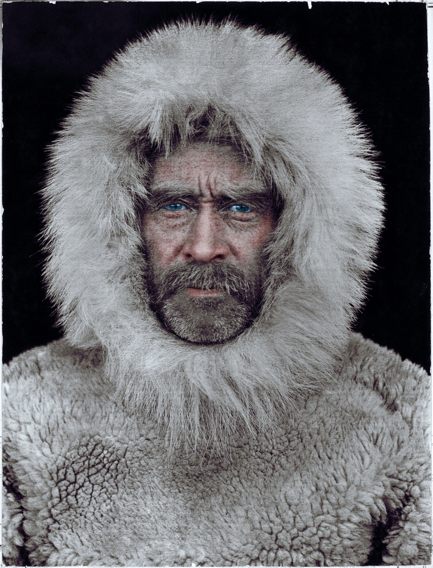 Bár Frederick Cook azt állította, hogy már 1908-ban az Északi-sarkon járt, az amerikai Robert Pearyt tekintik az elsőnek, aki elérte a Föld legészakibb pontját 1909. április 6-án. Az amerikai tengerész az 1880-as évektől kezdve vezetett expedíciókat az északi sarkkörön. Grönlandot is megpróbálta átszelni kutyaszánnal, ami nem jött össze neki, de ő bizonyította először, hogy Grönland nem kontinens, hanem sziget. Az Észak-sark meghódításának többször nekifutott, de hiába ért el részsikereket, az időjárás vagy csapatának felkészületlensége mindig visszafordította. 1908-ban startolt el utolsó expedíciója, amivel állítása szerint elérte az Északi-sarkot. Peary közel ötvenfős csapattal, nehéz szánkókkal és 246 kutyával vágott neki a jégmezőn át tartó útnak. Ahogy közeledtek a pólus felé, úgy lett egyre kisebb a csapata, sorra fordította vissza az egységeket. A végén csak ő, hűséges kísérője, Matthew Henson és négy eszkimó maradt. Közülük egyedül csak Peary értett a navigációs eszközökhöz, ezért is vonják kétségbe azt is, hogy elérték-e az Északi-sarkot. Henson emlékiratában felidézte, hogy Peary végzett mérést a pont feltételezett helyén, de az eredményét nem közölte velük.