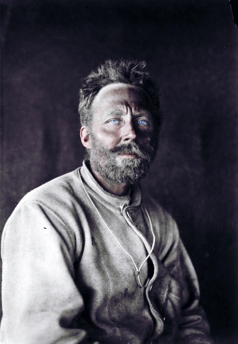 Cecil Henry Meares egész életében kereste a kalandot, így lett Scott társa is, de rá nem lehet egyértelműen a hősies jelzőt aggatni. Meares katonaként részt vett a búr háborúban, az orosz-japán háborúban és a kínai boxerlázadásnál is ott volt diplomataként. Közben bejárta a fél világot, eljutott Tibetbe, Szibériában pedig szőrmével is kereskedett. Ezen a vidéken szerezte be az antarktiszi expedícióhoz szükséges kutyákat és lovakat. Meares embereket is toborzott, így aztán orosz tolmácsként is működött. Az Antarktiszon Meares egy táborláncot építő úton, de utána már használhatatlanná vált. Két hónapig nem nagyon törődött a munkájával, mert elhatározta, hogy hazatér 1912 márciusában a Terra Nova hajóval.