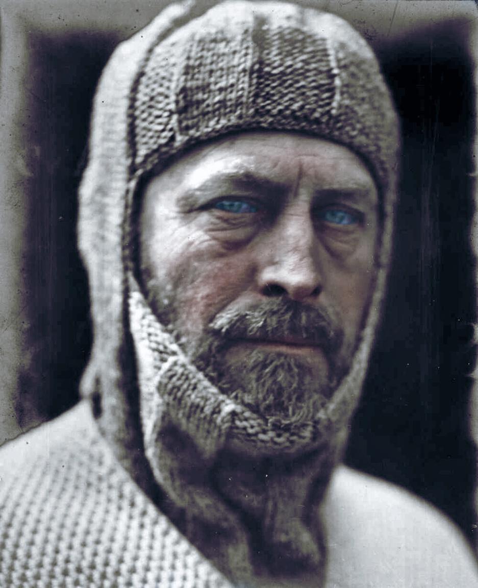 Az ausztrál Douglas Mawson először Shackleton Nimrod expedíciójával volt az Antarktiszon. Később Scott is hívta a csapatába, de ő inkább saját expedíciót indított 1911 végén. Fel akarta térképezni az Ausztrália alatt lévő V. György-földet és el akarta érni a déli mágneses pólust is. A Föld legviharosabb helyén, ahol szél átlagsebessége 80 km/h, de 300 feletti széllökések is vannak, pokoli túrává vált Mawson és két társa, Xavier Mertz és Belgrave Ninnis útja. A katasztrófák sora december 14-én kezdődött, amikor Ninnis az élelem nagy részét és a sátrukat szállító szánnal bezuhant egy hasadékba. Mawson és Mertz visszafordult, de nem sok esélyük maradt, a hónapos útra tíznapnyi élelmük volt. Ekkor kezdték a gyengébb kutyáikat is leölni és megenni. Ebből a húsból táplálták a többi kutyát is. Mertz azonban megbetegedett és meghalt. A hóvakságban is szenvedő Mawson ezután még 160 km-en gyötrődött végig, csodával határos módon még egy hasadékból is kimászott, hogy aztán elérje a táborukat. A hajót, ami visszavihette volna Ausztráliába lekéste, így egy évet várnia kellett hat társával a menedékükben.